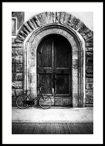 Bike and Arched Door Poster in de groep Posters / Zwart wit bij Desenio AB (13263)