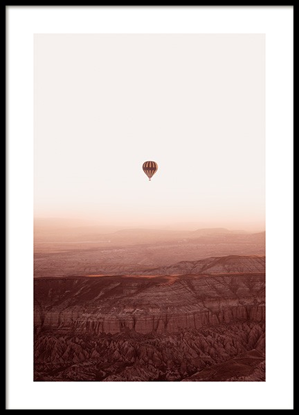 Hot Air Balloon Over Mountains Poster in de groep Posters / Natuurmotieven bij Desenio AB (14534)